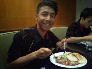 Latihan nyicipin makan kalo nanti jadi punya restoran.
